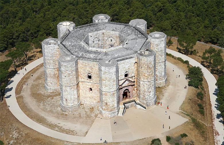 Замок Кастель дель Монте в Апулии (Castel del Monte)