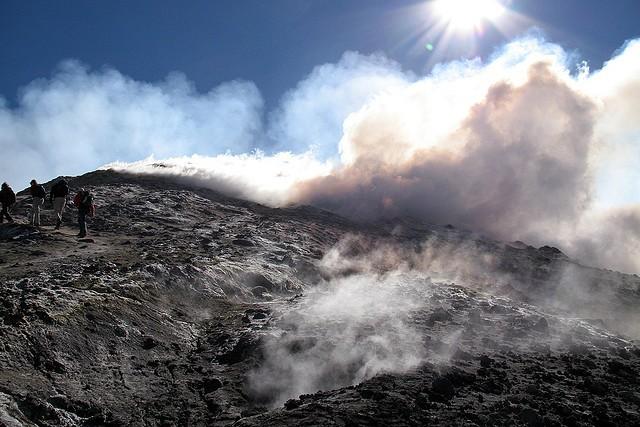 Стромболи (Stromboli) – небольшой действующий остров-вулкан в Тирренском море (Tyrrhenian Sea)